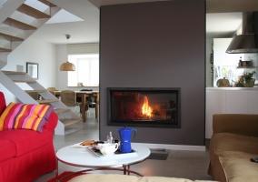 Sala de estar amplia con la chimenea central