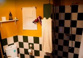 Baño con toallas y plato de ducha