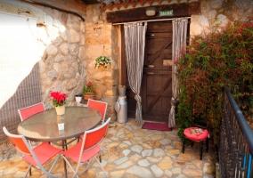 Terraza con mesa de jardín