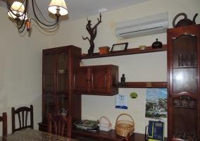 Sala de estar con mesa de madera en el centro y sillas