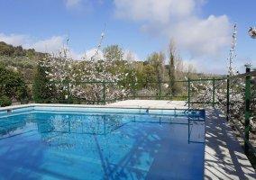 Amplia zona de piscina con buenas vistas