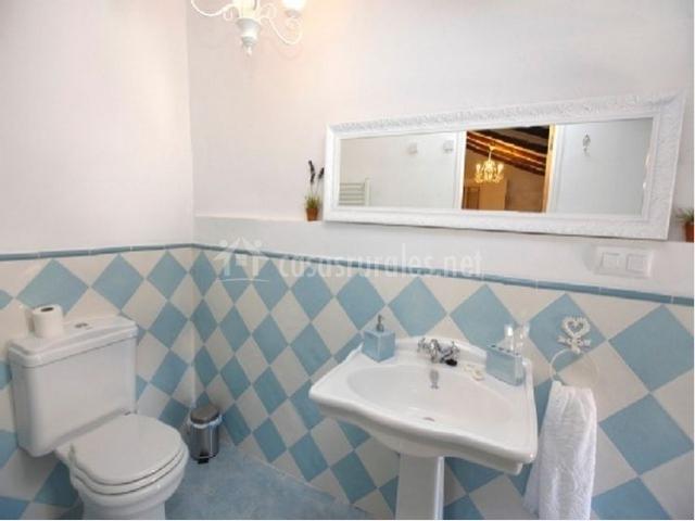 La casa del pintor en fuendetodos zaragoza - Banos en azul y blanco ...