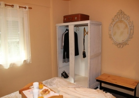 Dormitorio de matrimonio con desayuno en la cama