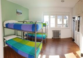 A dormitorio con literas