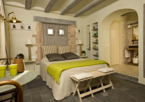 Double bedroom with green details and toilet