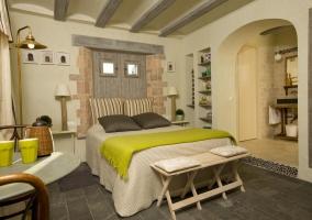 Dormitorio doble con detalles verdes y aseo