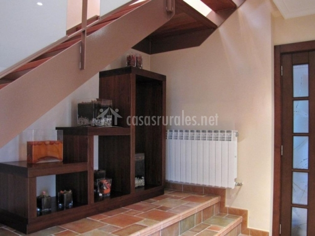 Casa rural san lorenzo en covaleda soria for Muebles para tv bajo escalera