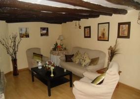 Suite con suelos de madera y ventanas