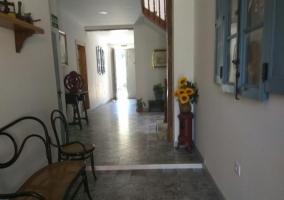 Entrada con mueble y escaleras