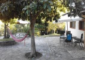 Acceso al patio de la casa con muebles