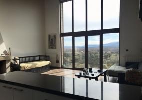 Salón con chimenea y ventanal