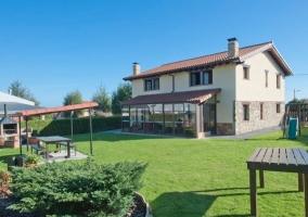 Acceso principal al alojamiento con jardines y hamacas