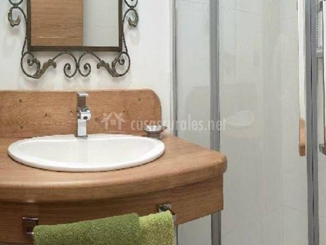 Aseo con lavabo y ducha del dormitorio de matrimonio