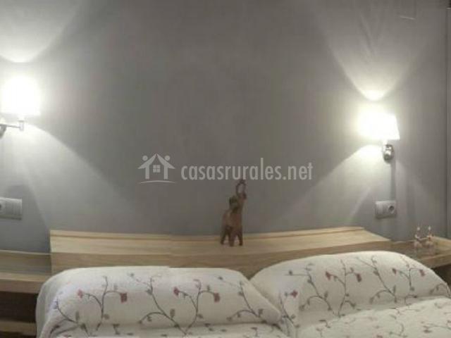 Camas individuales y cabecero común en dormitorio doble