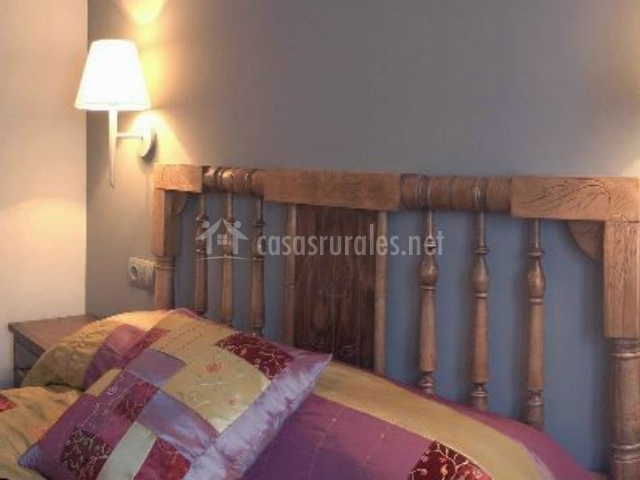 Dormitorio doble con cama de matrimonio y cabecero de madera