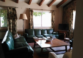 Sala de estar amplia con chimenea frente a los sillones