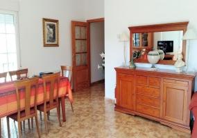 Sala de estar amplia con mesa y vistas