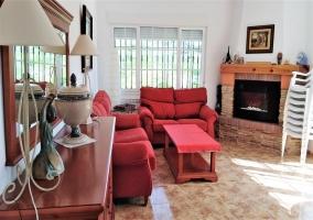 Sala de estar amplia con muebles
