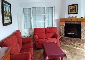 Sala de estar con chimenea y mesa auxiliar