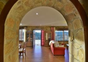 Sala de estar con chimenea y mucha luz