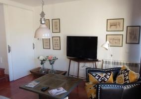 Sala de estar con mesa de madera y salida a la terraza