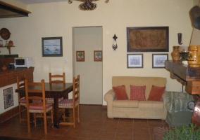 Sala de estar con chimenea amplia en el centro