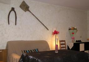 Sala de estar con chimenea y tele de plasma