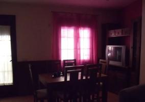 Sala de estar y zona de comedor con mesa de madera