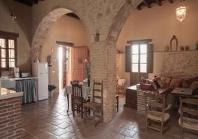 Cocina abierta con columnas de ladrillo