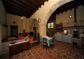 Cocina sala de estar y comedor con arcos de piedra