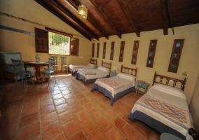 Dormitorio con cuatro camas