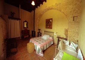 Dormitorio triple con arcos