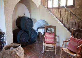 Mecedoras con escaleras y paredes de piedra
