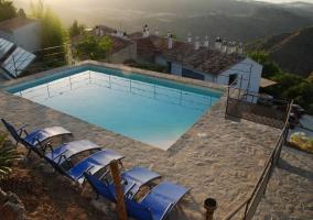Vista elevada de la piscina con tumbonas