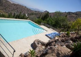Vista ladeada a la piscina