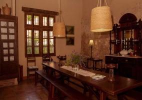Zona de comedor con amplio banco de madera