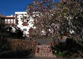Acceso con vistas de la terraza y fachada