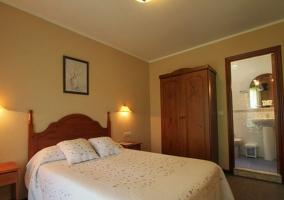 Dormitorio de matrimonio con aseo integrado y armario