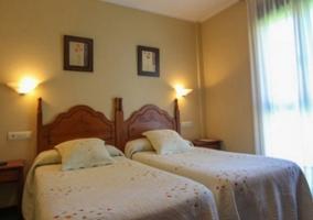 Dormitorio doble luminoso con colchas en crema