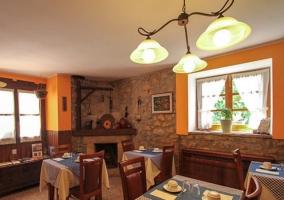 Sala comedor con chimenea en una esquina