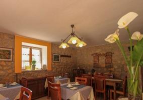 Sala comedor con varias mesas de madera