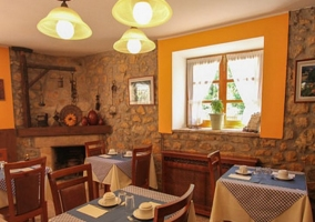 Sala comedor con ventanas