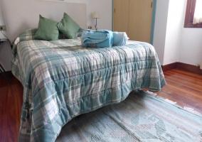 Dormitorio con un armario doble para guardar su equipaje