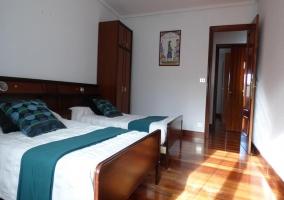 Dormitorio con cama doble y cómoda