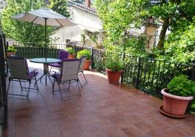 Acceso a la casa con terraza y plantas