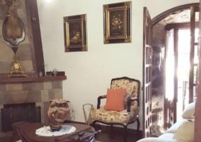 Amplia terraza de la casa con mesa y sillas