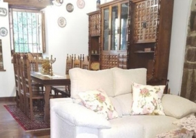 Sala de estar con chimenea que hace esquina y balcones