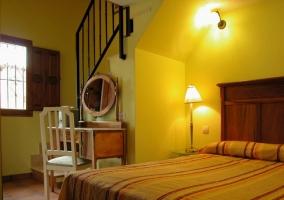 Amplio dormitorio con cama doble