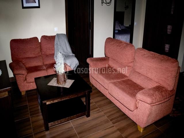 Mesa de centro y sofás rojos