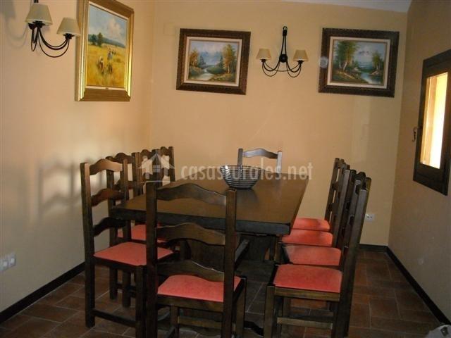 Mesa de comedor y cuadros